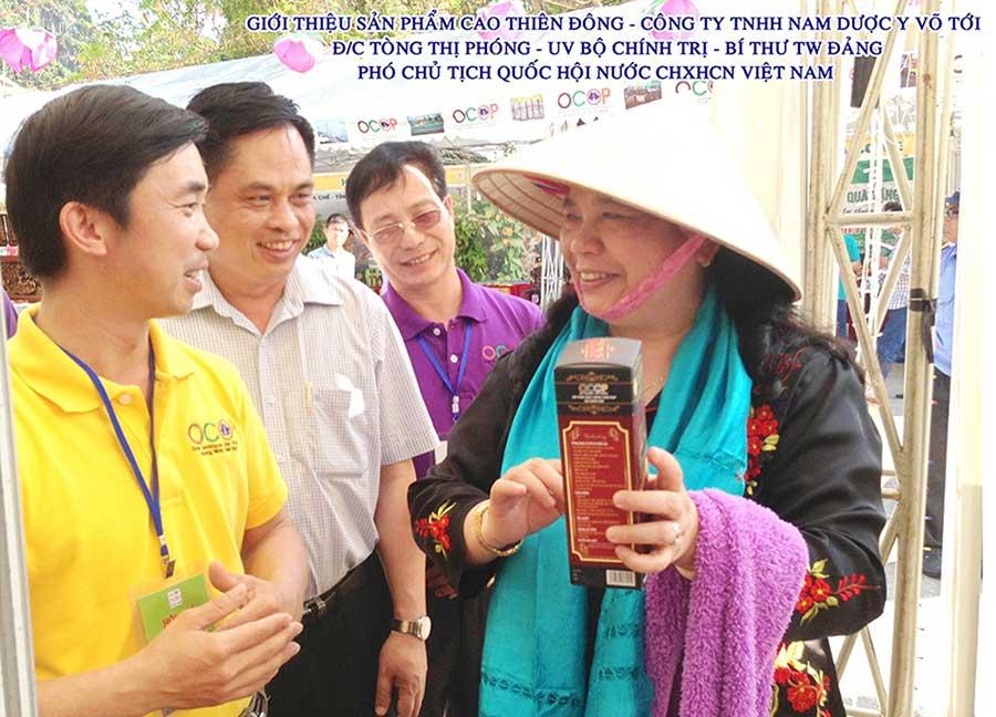 Bà Tòng Thị Phóng – Phó chủ tịch Quốc Hội, nghe giới thiệu về Cao Thiên Đông của Công ty Nam Dược Y Võ!