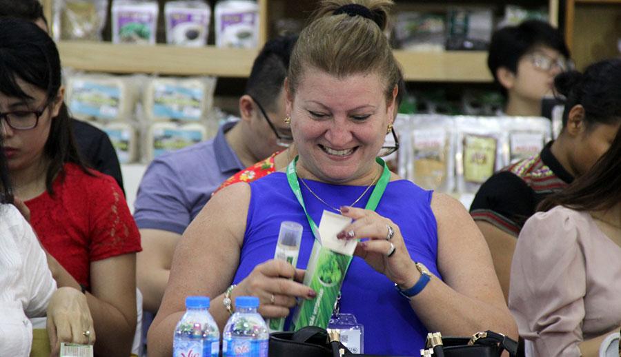 Quan khách rất hứng thú với sản phẩm vì công dụng và mùi hương dễ chịu.