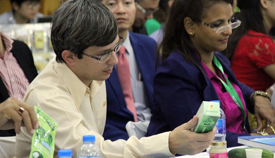 Các vị quan khách Cuba tìm hiểu về sản phẩm Dầu ngải Vitophar