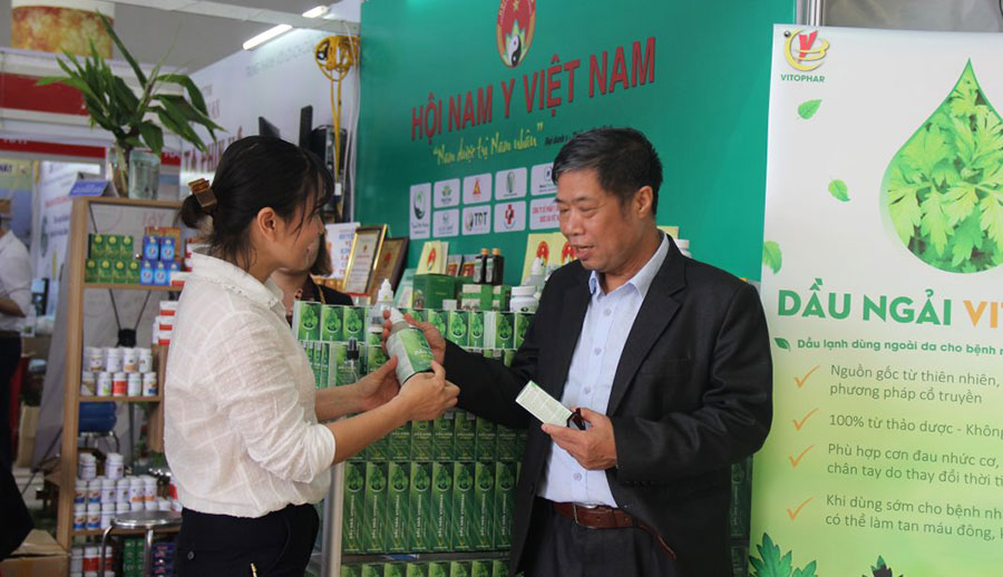 Nhiều khách tham quan Hội chợ Dược liệu và các sản phẩm Y, Dược cổ truyền toàn quốc lần thứ nhất đã khen không tiếc lời khi trải nghiệm cùng Dầu ngải Vitophar.