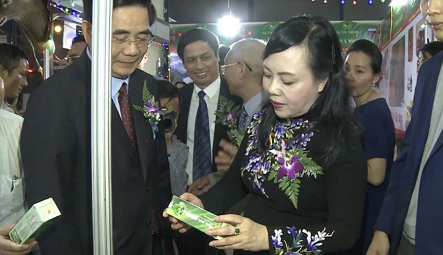 Bộ trưởng Bộ Y Tế Nguyễn Thị Kim Tiến với dầu ngải vitophar