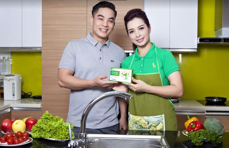 Diễn viên Thúy Hạnh cùng sản phẩm Detox Green