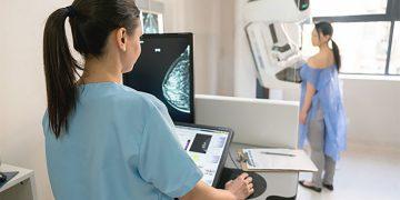 Phụ nữ nên tầm soát sớm ung thư vú giúp giảm nguy cơ mắc và tử vong. Ảnh: Shutterstock