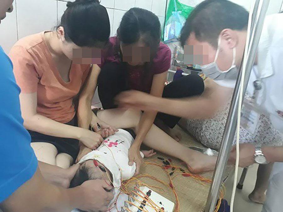 Bé gái 12 tháng liệt dây thần kinh ngoại biên do nằm điều hòa