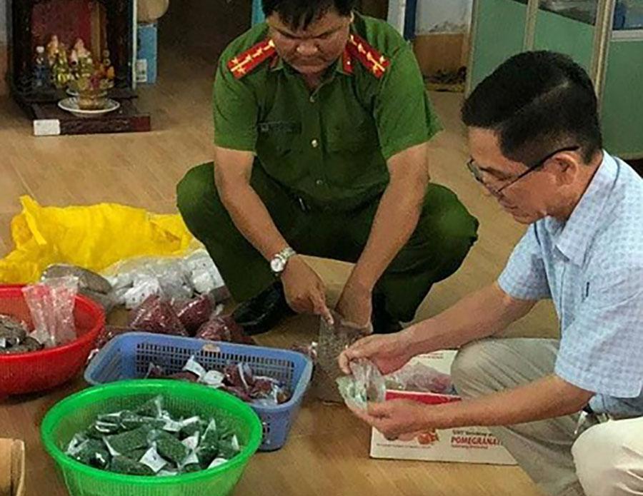 """Lực lượng chức năng kiểm tra cơ sở của bà Xuyến, thu giữ nhiều thuốc """"gia truyền"""""""