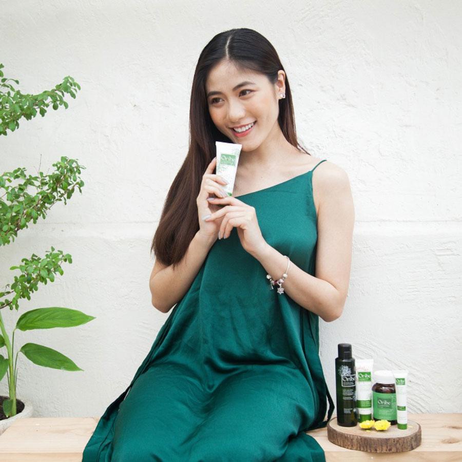 Người mẫu chụp cùng sản phẩm Sữa rửa mặt Oribe Facial Cleanser Bluedes & Vitamin E