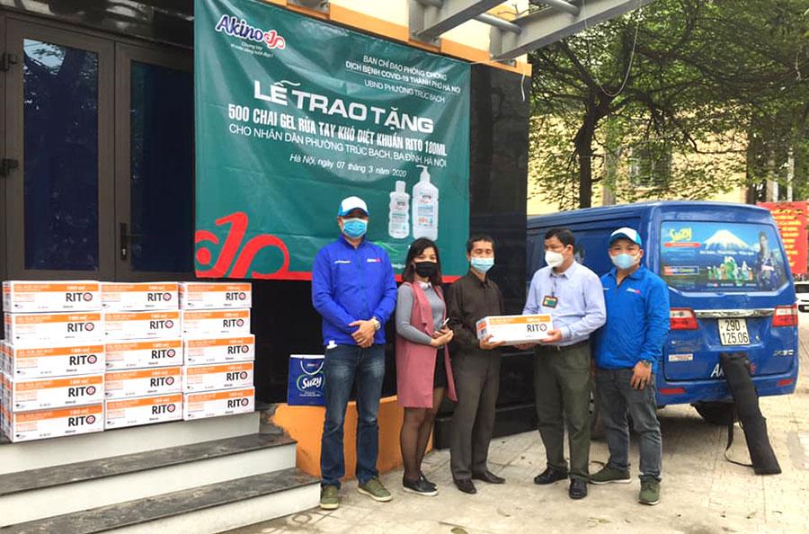 Lễ trao tặng nước rửa tay khô Rito cho phường Trúc Bạch