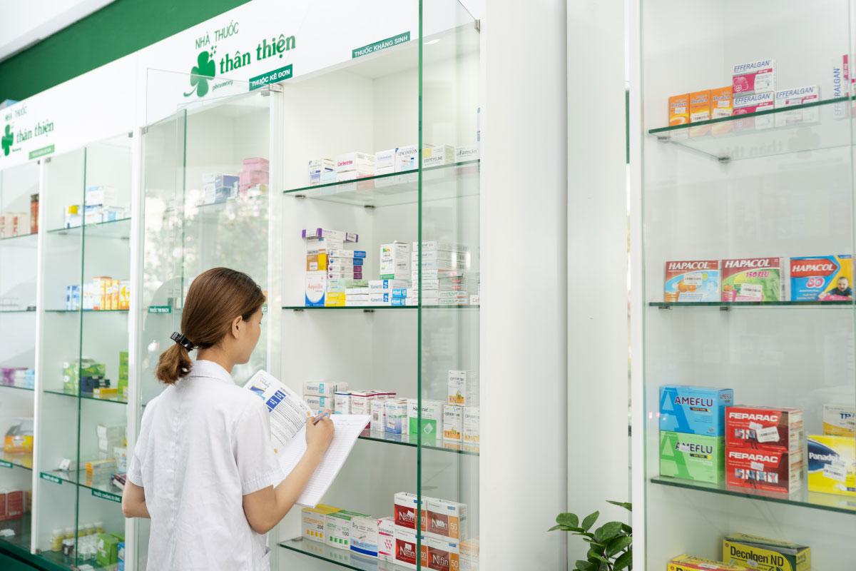 Dược sĩ Nhà Thuốc Thân Thiện đang kiểm thuốc