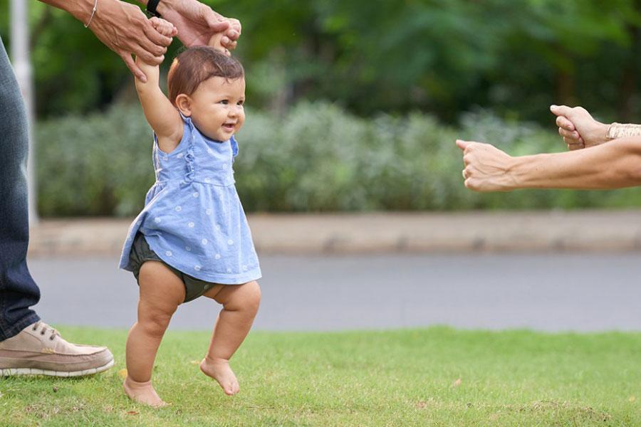 Sự phát triển thể chất của trẻ từ 0 đến trên 1 tuổi thế nào?