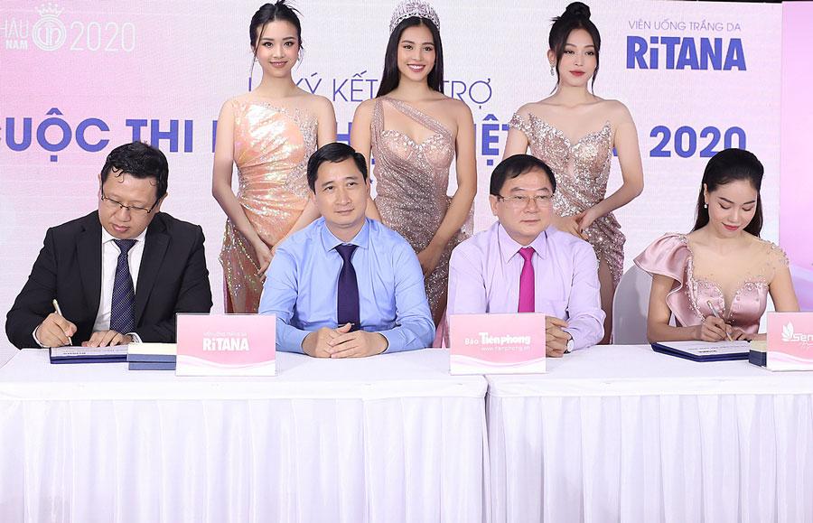 Đại diện thương hiệu RiTANA và ban tổ chức Hoa hâu Việt Nam 2020 cùng các đại sứ thương hiệu tại lễ ký hợp tác. Ảnh: Bảo Long.