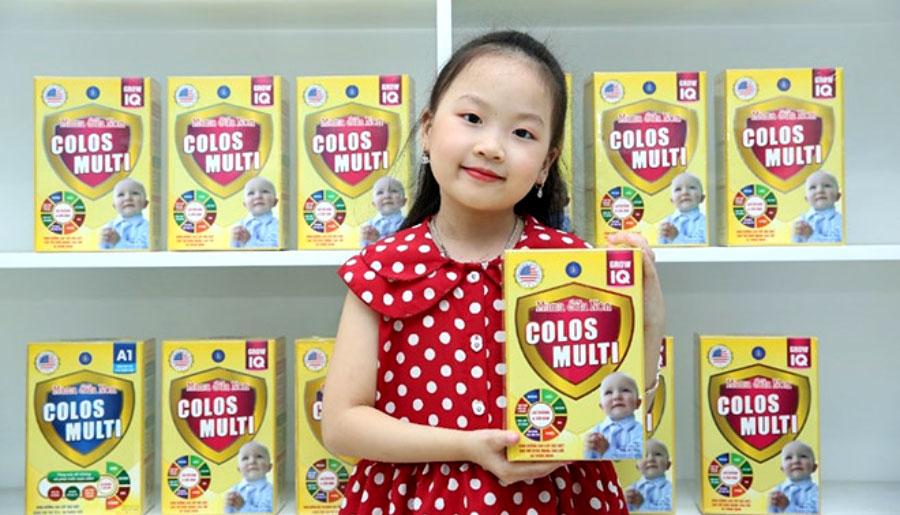 Hình ảnh bé cầm sản phẩm Mama sữa non tại cửa hàng