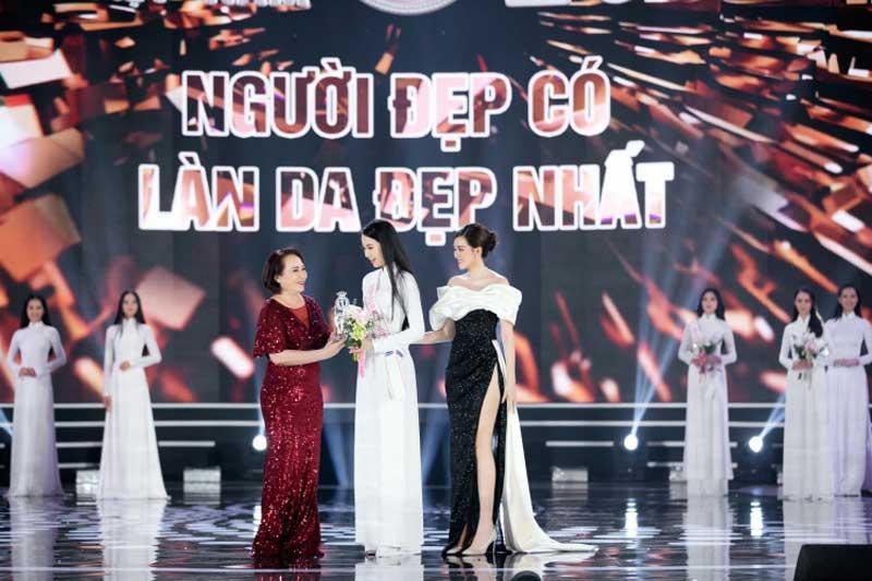 """Bà Lê Thị Lệ Hường (váy đỏ) trao giải thưởng """"Người đẹp có làn da đẹp nhất"""" cho thí sinh Phạm Thị Phương Quỳnh. Ảnh: Go Spring."""