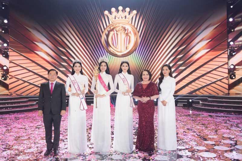 Bà Lê Thị Lệ Hường (đầm đỏ) - đại diện nhãn hàng Viên uống nội tiết tố nữ Go Spring chụp ảnh lưu niệm cùng Top 3 Hoa hậu Việt nam 2020 và đại diện Ban tổ chức trong đêm chung kết Hoa hậu Việt Nam 2020, diễn ra tại TP HCM. Ảnh: Go Spring.