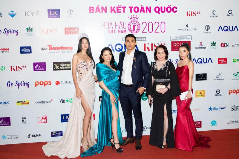 Bà Lê Thị Lệ Hường (váy đen) - đại diện thương hiệu viên uống nội tiết tố nữ Go Spring, cố vấn chiến lược Tập đoàn Matxi Corp - chụp hình cùng Hoa hậu Tiểu Vy và các nhà tài trợ khác.